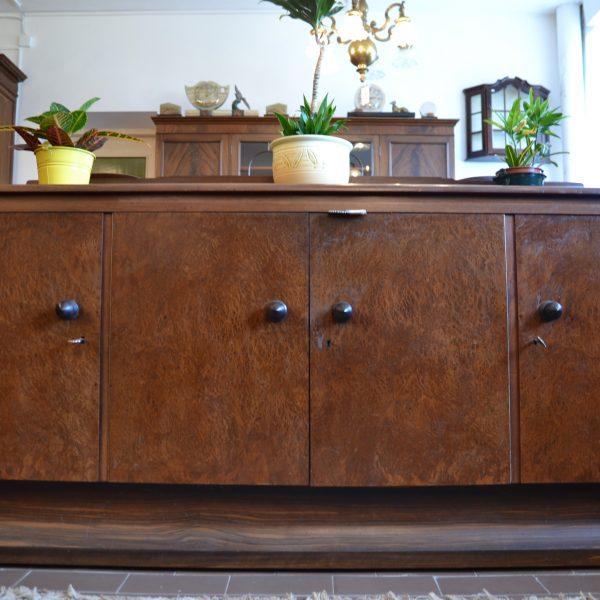 Komoda pagaminta iš ypatingai tvirto ąžuolo medienos komoda. Ja sudaro keturi skyriai su lentynomis.