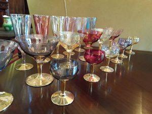 Spalvoto stiklo taurės auksuotom kojelėm.