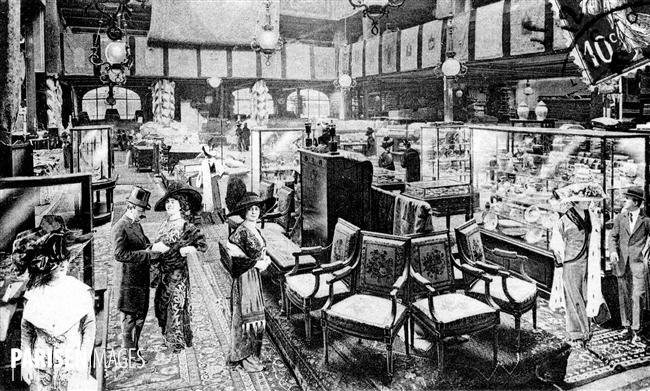 Le rayon des meubles anciens. Magasins du Bon Marché. Paris, vers 1900.