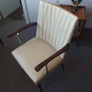 Išskirtinis Art deco stiliaus krėslas su nikeliuoto plieno porankiais, dirbtinės odos apmušalais.