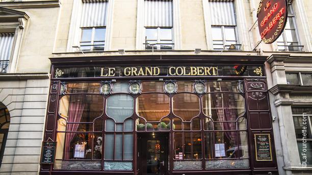 """1850 m. """"Le Grand Colbert"""" parduotuvės vitrinos išlikusios iki šių dienų."""