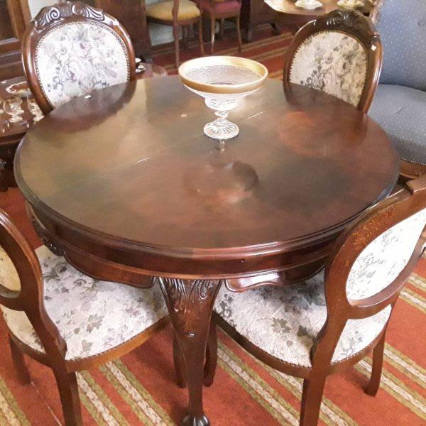 Kavos staliukas drožinėtomis kojomis