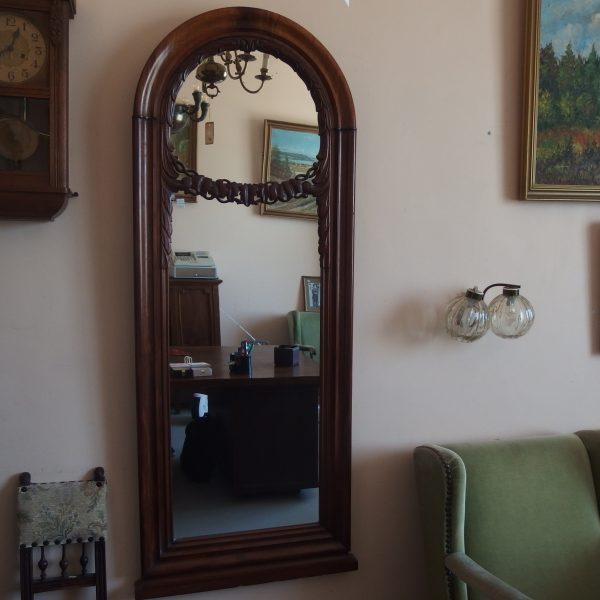 550,00€ Antikvarinis sieninis veidrodis , pagamintas iš riešutmedžio medienos. Veidrodis rėmintas reljefiniuose dviejų dalių rėmuose.
