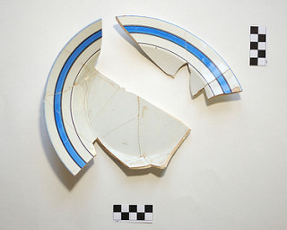 Lėkštės fragmentai rasti Antavilių dvaro sodybos teritorijoje.