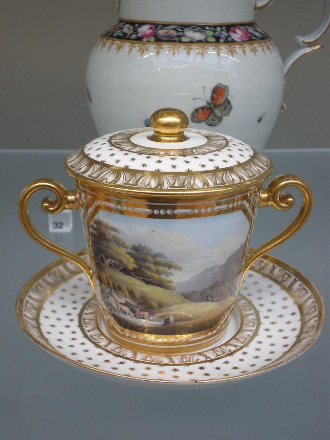 Staffordshire kaulinis porcelianas, emaliuotas ir auksuotas, puodelis šokoladui, 1815–20 metai. (Victoria and Albert muziejus, Londonas)