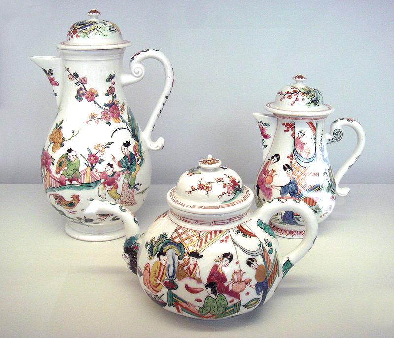 Meissen kietojo porceliano arbatinukai. Dekoruoti kiniškais motyvais, 1735 metais.