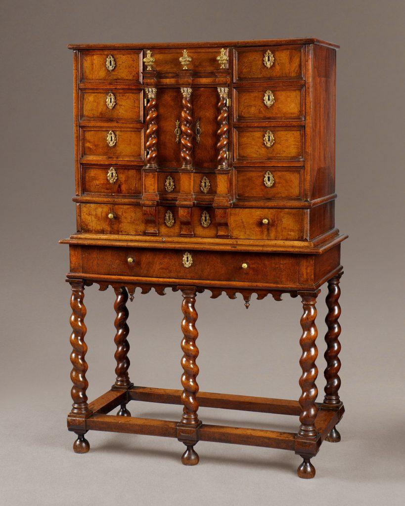 Anglijos karaliaus Čarlzo II riešutmedžio kabinetas.