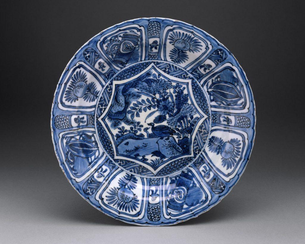 Iki 17 amžiaus pabaigos importuotas porcelianas iš Kinijos buvo dekoruotas mėlynu pigmentu.