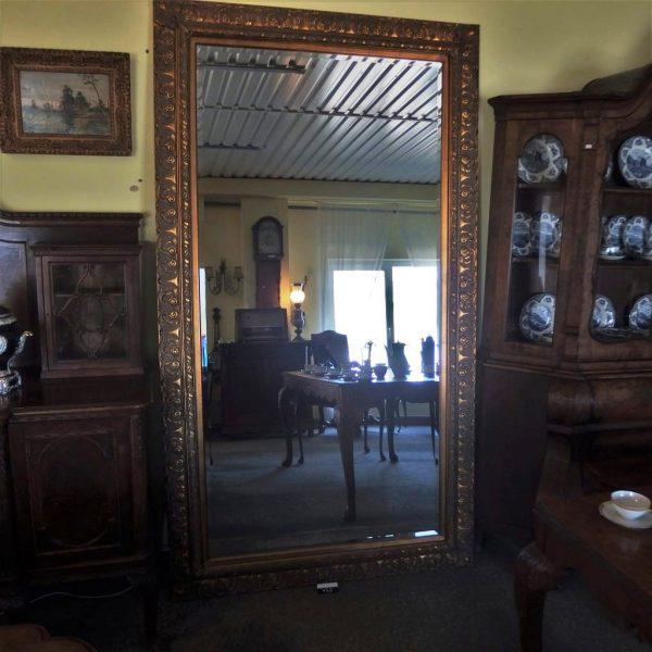 Veidrodis 450,00€ Didelis veidrodis masyviais aukso spalvos rėmais. Yra 2 vienetai. Produkto kodas: 10352
