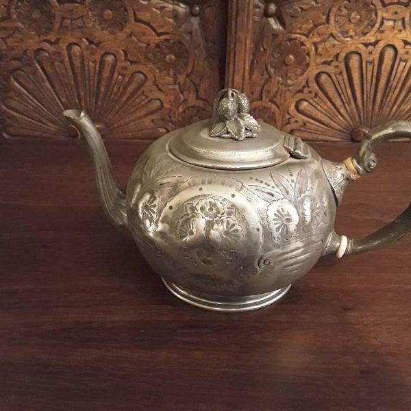 Metalinis arbatinukas dekoruotas žemuogėmis 50,00€