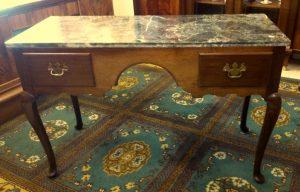 Rašomasis stalas 450,00€ Gražus senovinis rašomasis stalas . Stalą sudaro:du stalčiai ir marmurinis stalviršis. Stalas pagamintas iš riešutmedžio.
