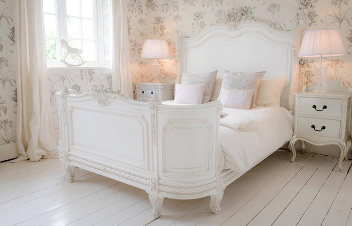 Prancūziško užmiesčio stiliaus miegamasis.
