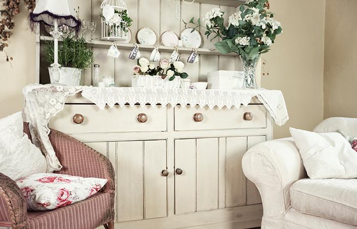 Prancūziško Provanso stiliaus pusryčių kambaryje naudojama neutrali spalvų paletė.