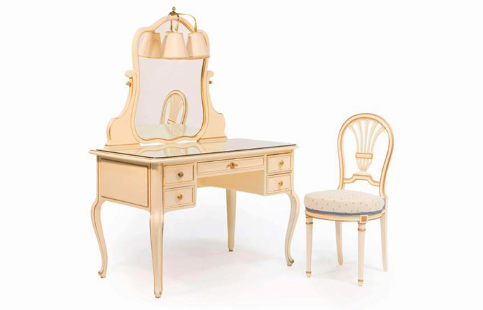 Liudviko XV stiliaus kosmetinis kreminės spalvos staliukas. Auksuotas ir lakuotas medis. Taip pat, Liudviko XVI stiliaus kėdė. Parduota už 2890€ Artcurial aukcione (2018 metais).