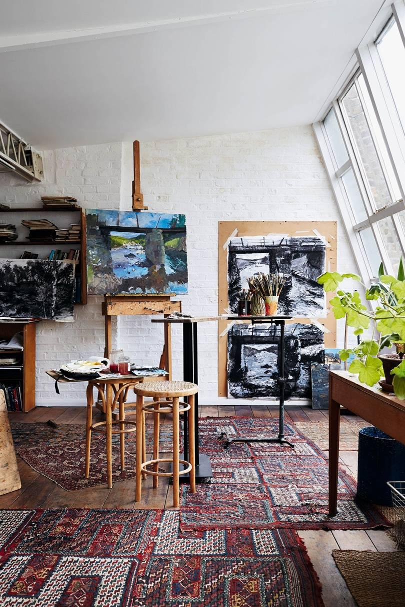 Buvusi menininko Hovardo Hodžkino studija palėpėje, dabar čia tapo namų šeimininkė Laura.